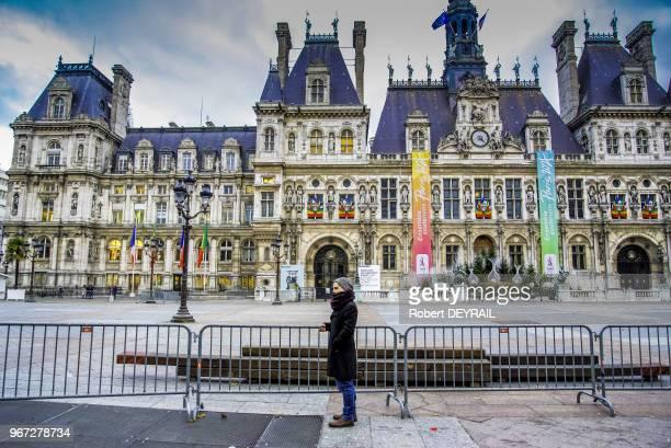 La sécurité est à son maximum toutes les rues autour de l'Hôtel de Ville sont bouclées par la police un millier de maires et d'élus locaux du monde...