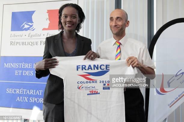 La secrétaire d'Etat aux Sports Rama Yade et le président de la FSGL Bruno Aussenac pose le 8 juillet 2010 à Paris avec le maillot officiel des...