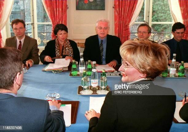la secrétaire générale de la CFDT Nicole Notat est reçue le 08 janvier à Matignon à Paris par le Premier ministre Lionel Jospin et le ministre de...