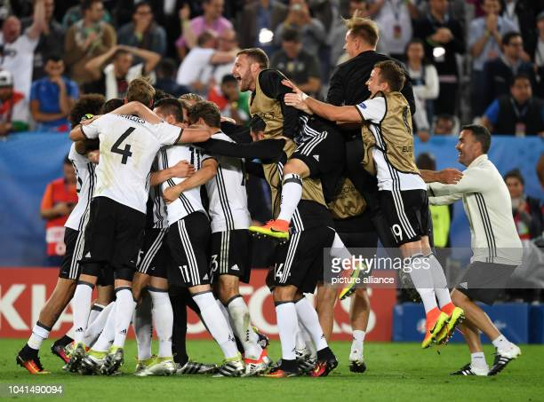 La selección alemana celebra la dramática victoria ante Italia en los cuartos de final de la Eurocopa el en Burdeos Francia Foto Arne Dedert/dpa...