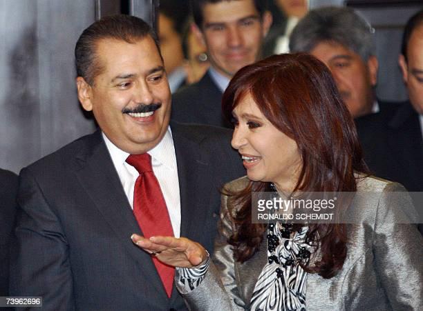 La senadora y primera dama argentina Cristina Fernandez de Kirchner habla con el presidente del senado mexicano Manlio Fabio Beltrones, en Ciudad de...