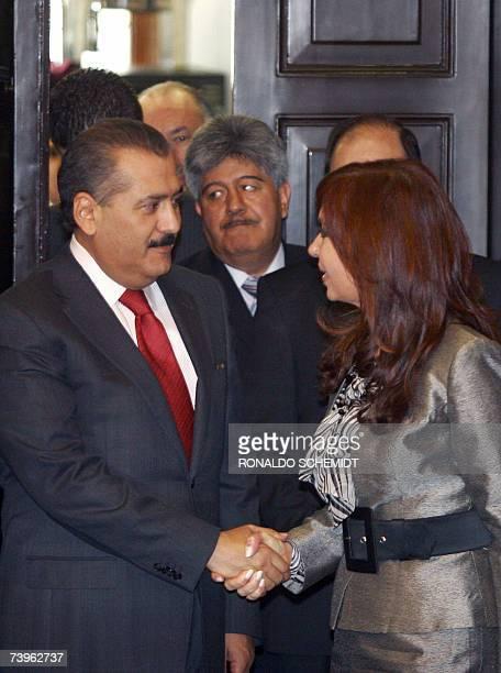 La senadora y primera dama argentina Cristina Fernandez de Kirchner saluda al presidente del senado mexicano Manlio Fabio Beltrones, en Ciudad de...