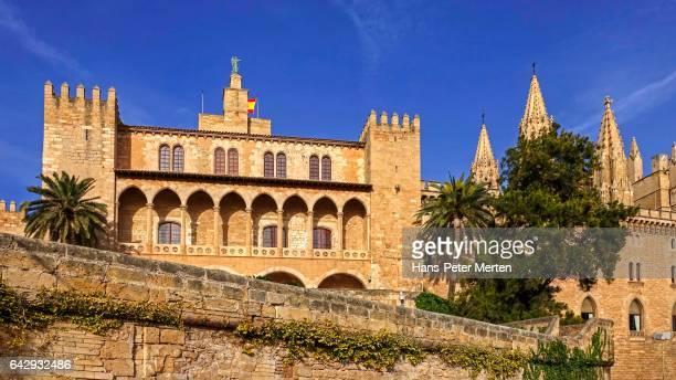 la seu cathedral with royal palace, palma de mallorca, majorca, balearic islands, spain - royal cathedral stock pictures, royalty-free photos & images