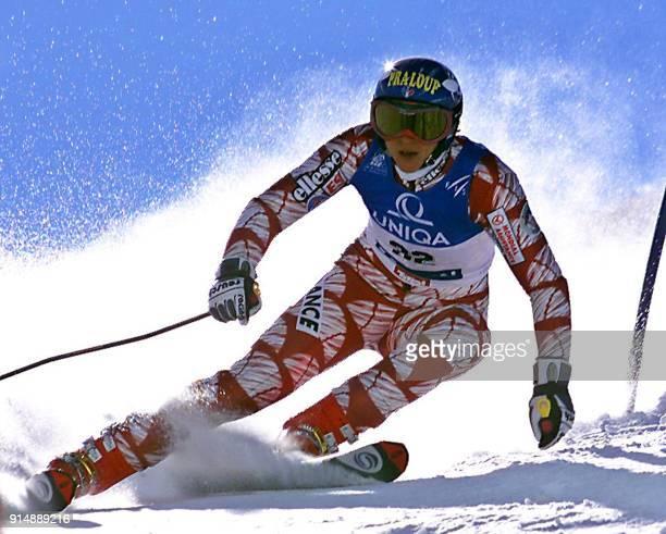 la skieuse française Christel Saioni passe une porte le 28 octobre 2000 sur la piste de Solden lors du Slalom géant dame 1ère épreuve de la Coupe du...