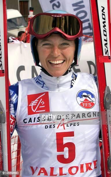 la skieuse française Christel Saïoni est tout sourire dans l'aire d'arrivée de la piste de Valloire le 25 mars 2000 après avoir remporté l'épreuve de...