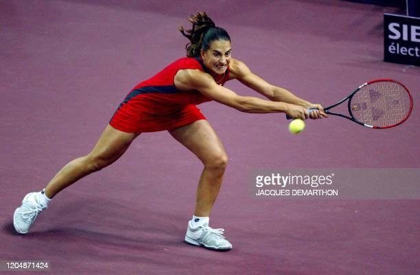 la Slovaque Janette Husarova effectue un coup droit le 07 février 2003 au stade Pierre de Coubertin à Paris lors du match l'opposant à l'amériaine...