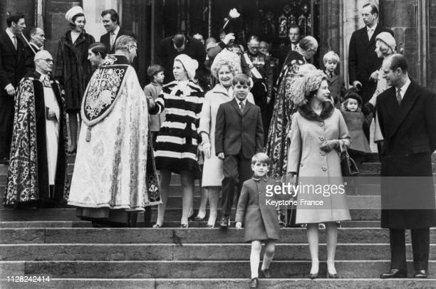 La sortie de l'église à l'issue de l'office de Noël, au centre la princesse Anne salue l'évêque, la reine-mère Elizabeth en compagnie du prince...