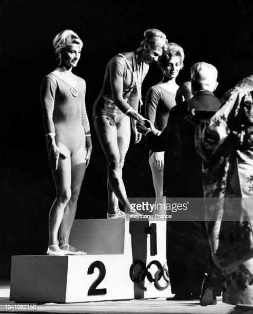 La Soviétique Larisa Latynina remporte la médaille d'or lors de l'épreuve de gymnastique devant sa compatriote Polina Astakhova et devant la...