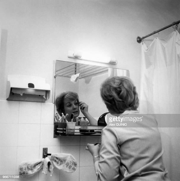 La speakerine Catherine Langeais se maquille dans sa salle de bain Paris France
