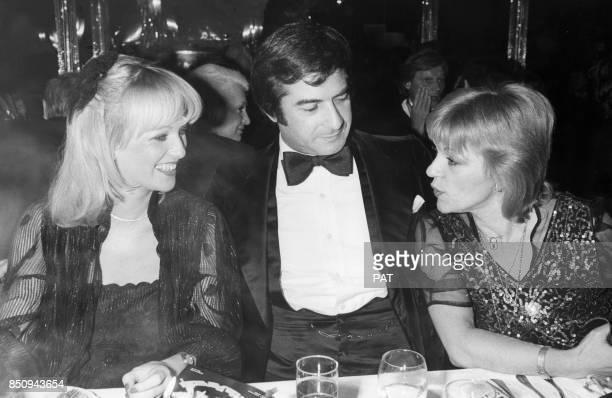 La speakerine Evelyne Leclercq JeanClaude Brialy et la chanteuse Nicoletta au dîneranniversaire du Paradis latin le 28 janvier 1980 à Paris France
