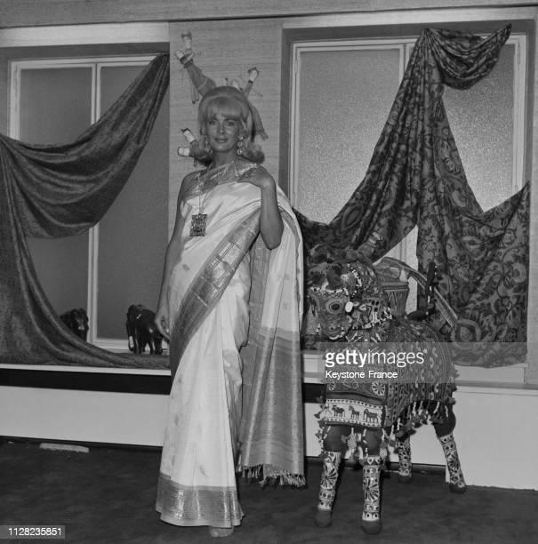 La speakerine Jacqueline Huet vêtue d'un sari créé par le couturier Jacques Esterel à Paris France le 23 septembre 1968
