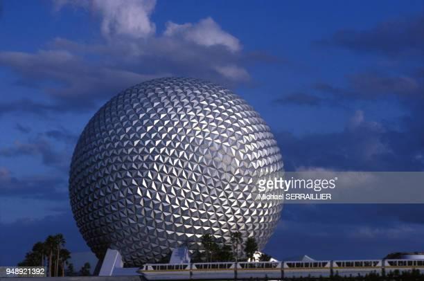 La sphère ?Spaceship Earth? du parc à thème EPCOT à Orlando, en décembre 1982, en Floride, Etats-Unis.