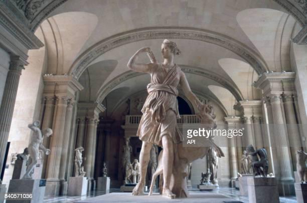 La statue 'Diane de Versailles' dans la salle des Caryatides du musée du Louvre à Paris France