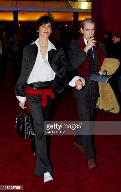 La styliste Ines de la Fressange et son mari Luigi d'Urso arrivent, le 22 janvier 2002, à Beaubourg à Paris pour assister au défilé de la dernière...