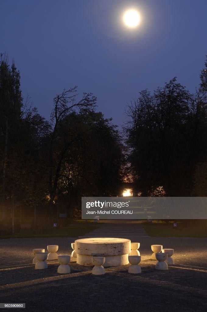 La Table Du Silence Oeuvre Du Sculpteur Est Entoure De 12 Tabourets News Photo Getty Images