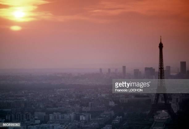La tour Eiffel en fin de journée en mai 1976 à Paris France