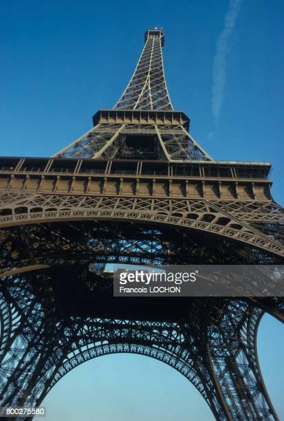 La tour Eiffel vue en contreplongée en septembre 1977 à Paris France