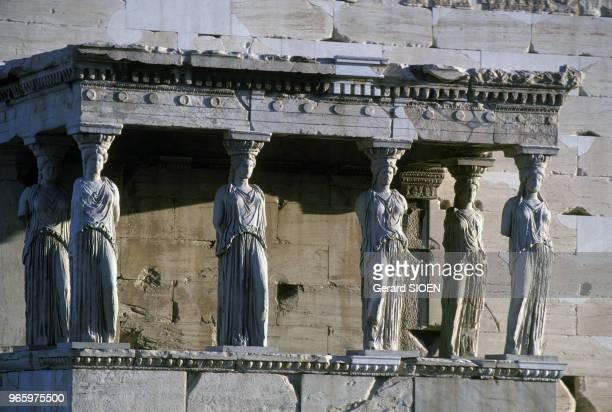 La tribune des Caryatides du temple de l'Erechthéion sur l'Acropole d'Athènes en Grèce le 21 septembre 1989