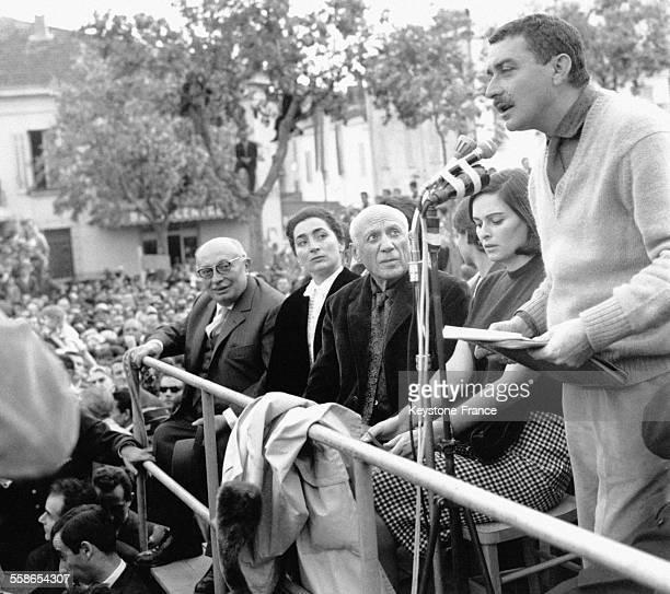 A la tribune d'honneur aux Arènes pour fêter les 80 ans de Picasso de gauche à droite Jacques Duclos Madame Picasso Pablo Picasso et Lucia Bose femme...