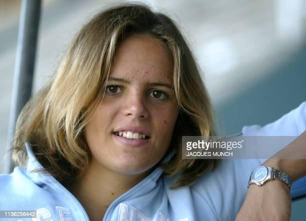 la triple médaillée française aux JO d'Athènes la nageuse Laure Manaudou pose le 19 septembre 2004 lors d'une visite au Marineland à Antibes AFP...