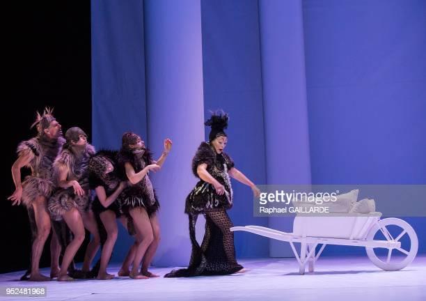 La troupe de la ComédieFrançaise interprète 'Le songe d'une nuit d'été' de William Shakespeare dirigée par Muriel MayetteHoltz le 6 février 2014 à...