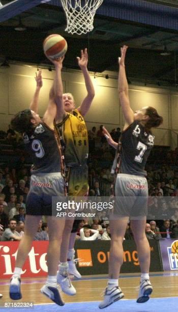 la Valenciennoise Sandra Le Drean tente de marquer panier malgré l'opposition des joueuses de Bourges Ljubica Drljaca et Reda Aleliunaite Jankovska...