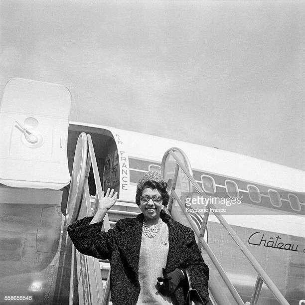 La vedette de musichall Joséphine Baker salue avant d'embarquer dans l'avion qui l'emmène en tournée aux EtatsUnis le 22 avril 1960 en France