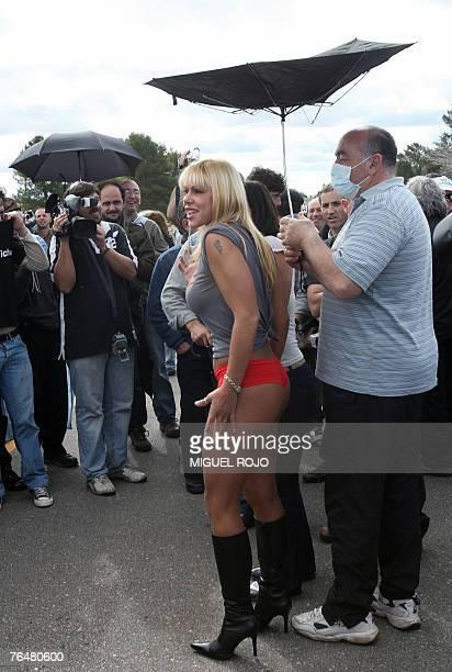 La vedette uruguaya Monica Farro graba parte de un programa de television durante la manifestaci?n que ambientalistas argentinos realizan proximo a...