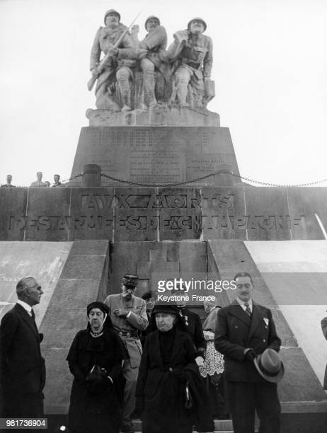 La veuve du général Eon la veuve du général Marchand et le général Pelletier lors de la cérémonie commémorative des combats de Champagne au monument...