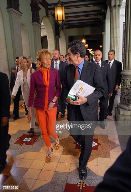 La vicepresidenta de Espa?a, Mar?a Teresa Fern?ndez De la Vega conversa con el canciller de Guatemala, Gert Rosenthal, en el Palacio Nacional de la...
