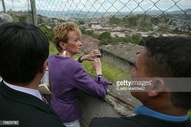 La vicepresidenta de Espa?a, Mar?a Teresa Fern?ndez de la Vega, observa una zona donde viven familias pobres durante una visita a la escuela Daniel...
