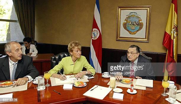 La vicepresidenta del Gobierno Espanol, Maria Teresa Fernandez , y el embajador de Espana en Costa Rica, Juan Jose Urtasun , escuchan al presidente...