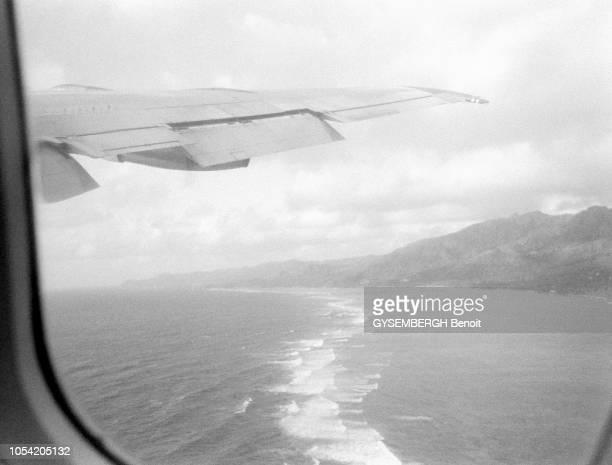 La vie dans l'archipel des Seychelles dans l'océan Indien 1988 La côte vue d'un hublot d'avion