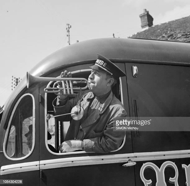 UNDATED La vie quotidienne dans les années 50 d'une troupe théâtrale itinérante Un membre de la troupe passant le buste par la fenêtre d'une caravane...
