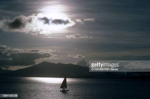 La vie sur l'île de MAYOTTE en avril 1986 Ici une boutre en contrejour naviguant sur l'Océan Indien