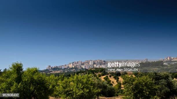 La ville d'Agrigente, vue du site antique de la Vallée des Temples.