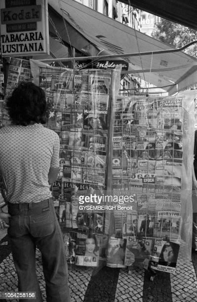 La ville de Lisbonne Portugal août 1976 Homme regardant le portant de magazines d'un marchand de journaux