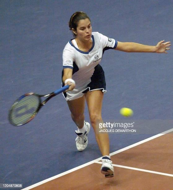 la vénézuélienne MariaAlejandra Vento reprend une balle de la française Julie HalardDecugis le 23 février au stade Pierre de Coubertin à Paris lors...