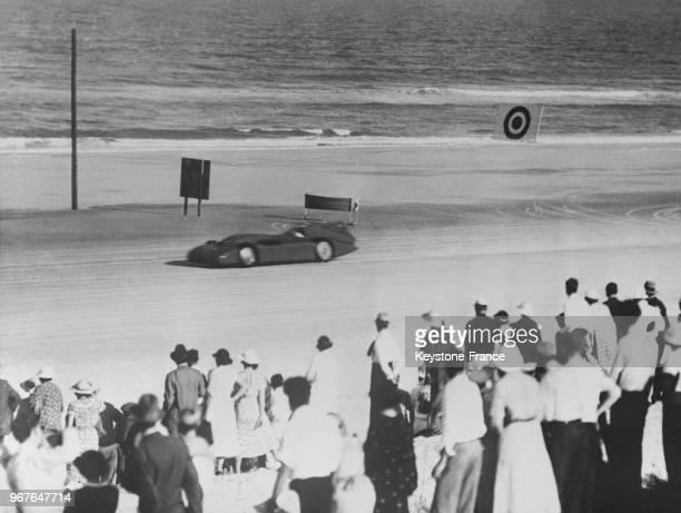 La voiture 'Blue Bird' du pilote automobile Malcolm Campbell pendant la course à Daytona Beach, Floride, Etats-Unis le 14 mars 1935.