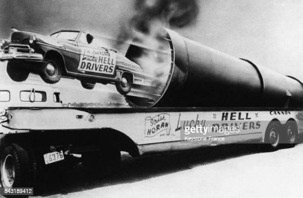 La voiture de l'acrobate irlandais Lucky Horan catapultée par un canon lors d'une fête foraine américaine le 15 juin 1951 aux EtatsUnis