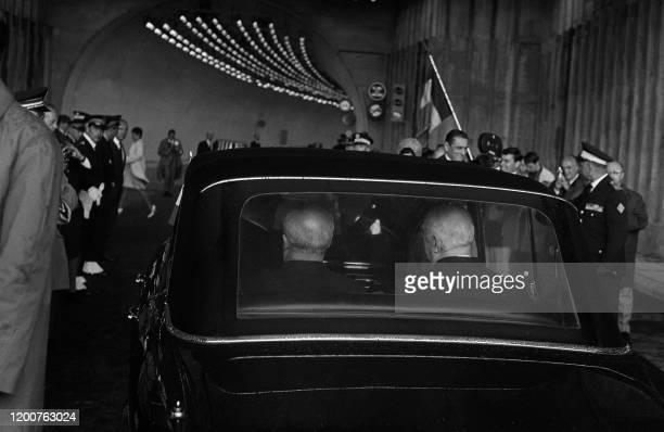 La voiture du Général de Gaulle chef de l'Etat français, et son homologue italien Giuseppe Saragat s'engagent sous le tunnel du Mont-Blanc pour...