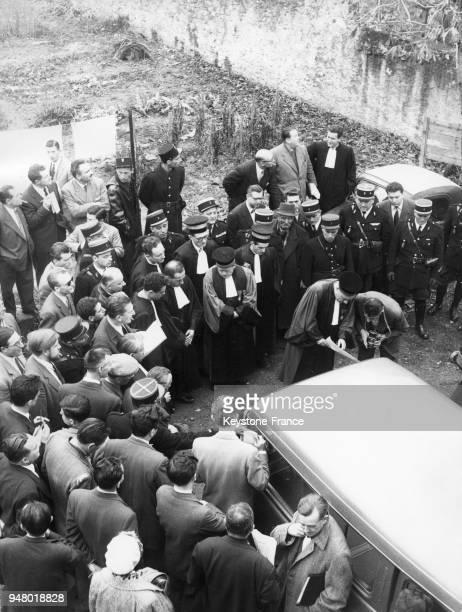 La voiture Hillmann de la famille Drummond assassinée est amenée dans la cour du Palais de Justice en France circa 1950