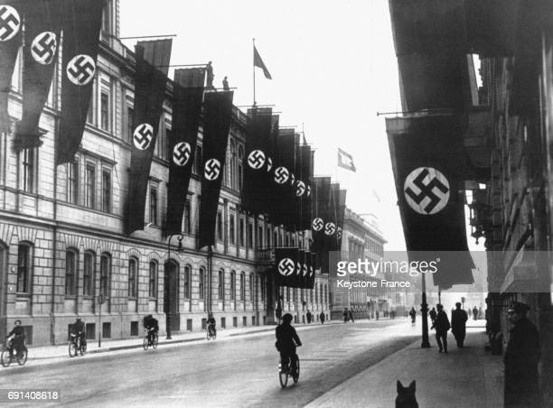 La Wilhelmstrasse est décorée de drapeaux nazis pour le passage de Hitler le 16 mars 1938 à Berlin Allemagne