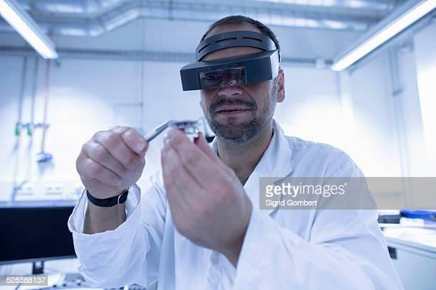 lab assistant fixing part - sigrid gombert photos et images de collection