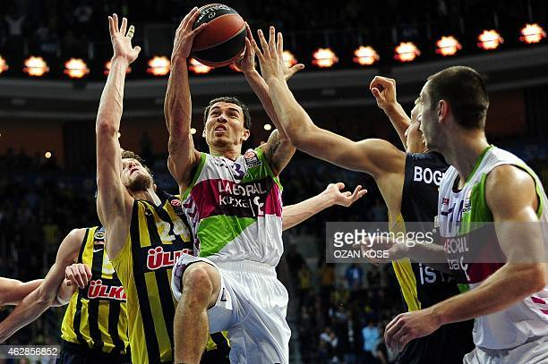 Laboral Kutxa Vitoria's US guard James Mike vies with Fenerbahce Ulker's Czech forward Jan Vesely and Serbian forward Bogdan Bogdanovic during a...
