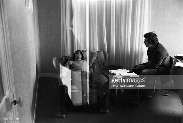 Laboratory Of Hypnosis Vue en situation de la pratique de l'hypnose dans un laboratoire d'hypnose un médecin assis pratiquant une séance d'hypnose...