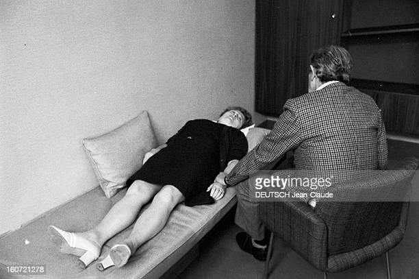 Laboratory Of Hypnosis Vue en situation de la pratique de l'hypnose dans un laboratoire d'hypnose un médecin assis de dos pratiquant une séance...