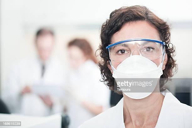 Labor-Techniker bei der Arbeit, andere Wissenschaftler auf den Hintergrund.