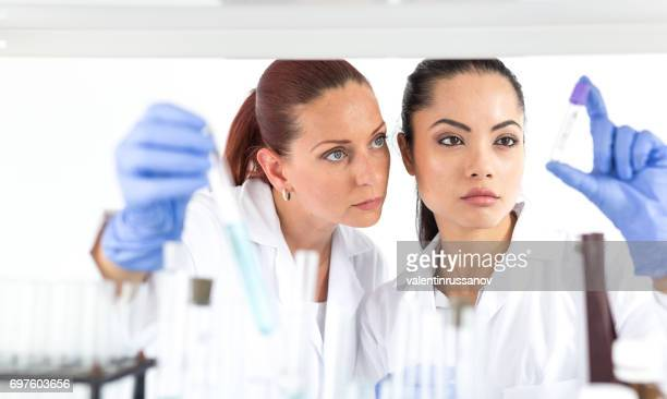 Techniciens de laboratoire, faire des essais