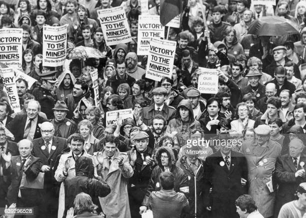 Labour leader John Hamilton and Derek Hatton lead 50000 marchers prior to the Council meeting at the Town Hall to support the Labour groupø deficit...
